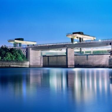 Rheinkraftwerk Iffezheim: Kraftwerk und Schleuse liegen auf der deutschen Seite. Von 2009 bis 2013 wurde eine fünfte Turbine errichtet. Das größte Laufwasserkraftwerk Deutschlands produziert Strom ...