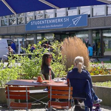 Im Sommer können die Studierenden auf den Terrassen der Hochschulgastronomie relaxen.