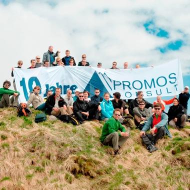 """Anlässlich des 10. PROMOS Geburtstags sind einige Kollegen zu Gipfelstürmern geworden. Gemeinsam sind sie in die karnischen Alpen gereist und haben den """"Promos"""" bestiegen – immerhin ist unsere..."""