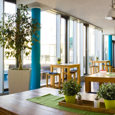 Unsere schöne Dachterrasse und die große Küche laden zu gemütlichen Pausen ein.