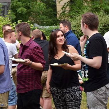 Leckeres Essen und gute Gespräche beim Sommerfest