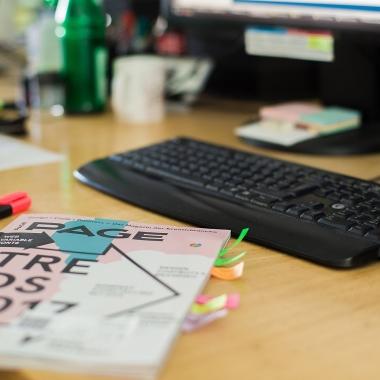An den Kreativstandorten stehen allen Mitarbeitern Fachbücher und Schulungs-DVDs zur persönlichen Weiterbildung zur Verfügung.