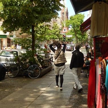 Die Akazienstraße in der unmittelbaren Nachbarschaft. Hier gibt es viele kleine Geschäfte, Cafés und Restaurants.