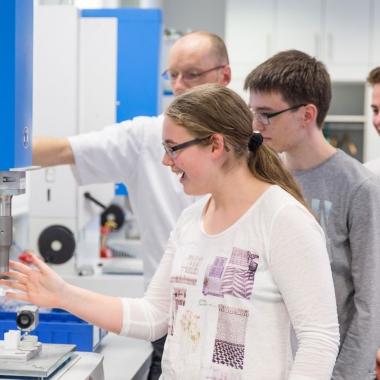 Besuch von Schülern der Ingenieur-Akademie-Klasse SIA: Ultraschall kann man fühlen