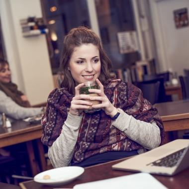 Homestory - Lena Rother, ehemalige Masterandin und jetzt Junior IT-Beraterin beim Schreiben ihrer Masterarbeit