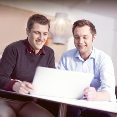 Homestory - Lukas Koopmann, ehemaliger Praktikant/Bachelorand und jetzt Junior IT-Berater mit seinem Mentor