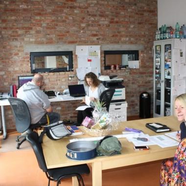Kollegen der suchttherapeutischen WG TWIST am Telefonieren und Suchen und Finden