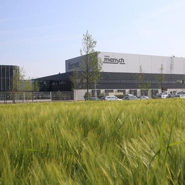 Mitten im Grünen: Der neue Firmensitz in Buchloe bietet viele Vorteile.
