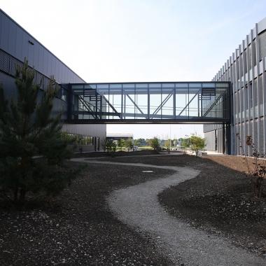 Der Außenbereich am neuen Firmensitz in Buchloe lädt zum Spazieren ein - für eine entspannte Mittagspause.