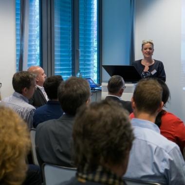 """Sandra Gehling, Geschäftsführende Gesellschafterin von RDS CONSULTING, begrüßt die Teilnehmer unseres RDS#TAG Events """"Schnittstelle Mensch"""" in Düsseldorf."""