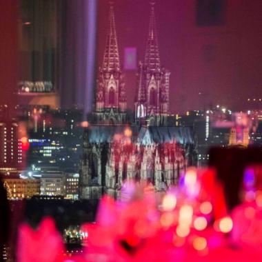 Unsere Weihnachtsfeier auf 100 Metern Höhe im KölnSKY mit einzigartigem Blick auf den Dom und die Altstadt.