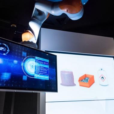 Dort begleitet Sie ein innovativer Roboter namens Ava durch die gesamte Wertschöpfungskette und zeigt anhand dieser die vielfältigen Möglichkeiten der GS1 Standards auf.