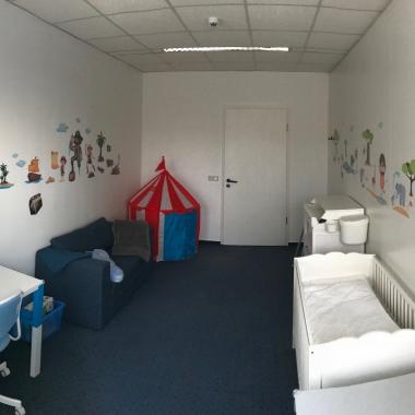 """Ein technisch vollständig ausgestatteter Arbeitsplatz ist Bestandteil des """"Krabbel Office"""" und ermöglicht unseren Mitarbeiterinnen und Mitarbeitern volle Flexiblität im Umfeld Beruf und Familie."""