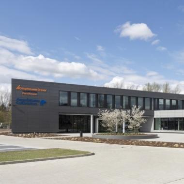 """Der Neubau Markt + Kunde"""" bildet das Herzstück des Perschmann Campus. Hier arbeiten verschiedene Fachabteilungen zusammen und empfangen wir unsere Kunden."""