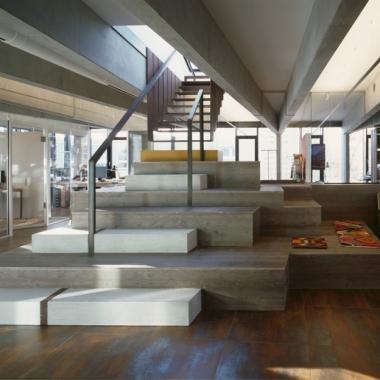 Unser Stairway to Heaven im Hamburger Office: Bei uns bekommen sogar Treppen Awards verliehen – und zwar den Red Dot Award für Interior-Design-Elemente