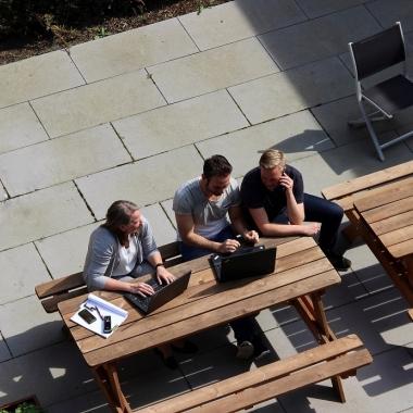 Dank Laptops bieten wir unseren Mitarbeiter/innen die Möglichkeit, so zu arbeiten, wie es für sie am besten ist: Ob Home Office Regelung oder Arbeiten im Hof, alles geht!