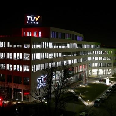 TÜV AUSTRIA Campus bei Nacht