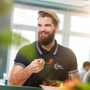 Zu unserem umfassenden Gesundheitsmanagement gehört auch eine gesunde Ernährung. Jeden Tag steht deshalb auch ein kalorienreduziertes Gericht auf dem MTU-Speiseplan.