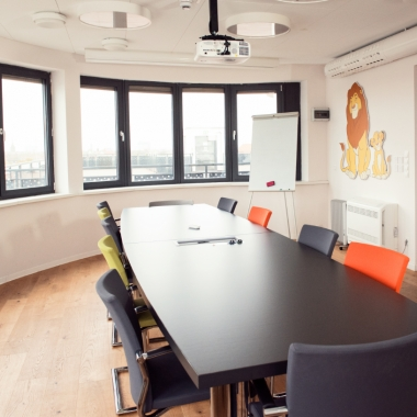 Bunte Meetingräume für Jourfixe und Workshops