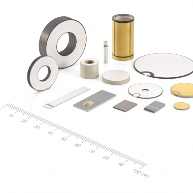 Produkte der PI Ceramic GmbH: Piezoelektrische Bauelemente wie Platten, Scheiben oder Ringe wandeln mechanische Signale wie Kraft, Druck, Dehnung oder Beschleunigung in eine elektrische Spannung um, ...