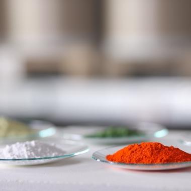 PI Ceramic bietet eine breite Auswahl piezoelektrischer Keramikmaterialien an, aus welchen in mehrerern Schritten die Piezokeramiken hergestellt werden.