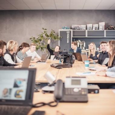 An Meetings können unsere Mitarbeiter von jedem Ort aus teilnehmen - Home Office ist so jederzeit möglich