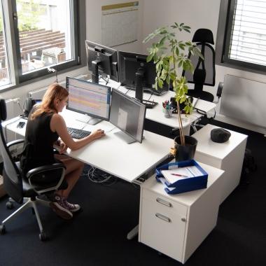 eWorks - Nette Kollegin beim Webdesignen - An Kleiderhaken fehlt's noch im neuen Büro ;-)