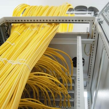 eWorks - Kabel über Kabel im Serverraum - mehr als 50km (!) CAT7