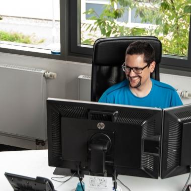 eWorks - Noch ein netter Kollege beim Entwickeln
