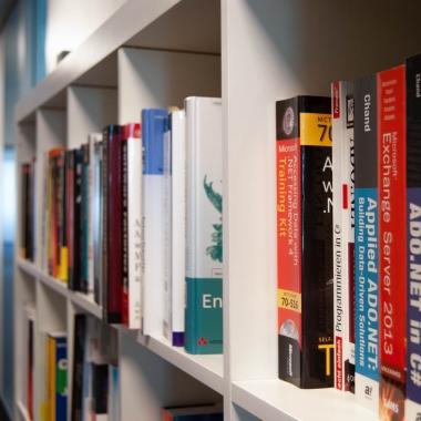 eWorks - Noch mehr Bücher - Ausreichend Platz im Flur gibt's ja im neuen Büro!