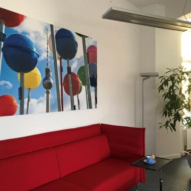 Diese knallroten Sofas kennt jeder, der schon mal in unserer Berliner Zentrale war. Direkt neben der Kaffeemaschine sind sie ein beliebter Treffpunkt. Hier sitzen wir auch zum Public Viewing – bei ...