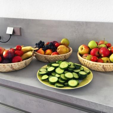 Mhhm, lecker! Jeden Freitag gibt es bei uns eine extra Portion Vitamine. Liebevoll vorbereitet von den Kollegen aus dem Office, freuen wir uns jede Woche auf die Obstzeit.