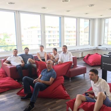 Unsere schöne Lounge bietet eine Vielzahl an Ablenkungen, wie beispielsweise eine PS4...