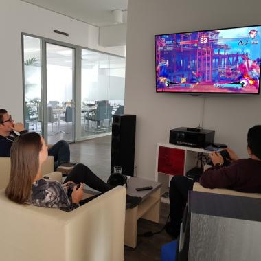 Gemeinsame Mittagspause an der Playstation