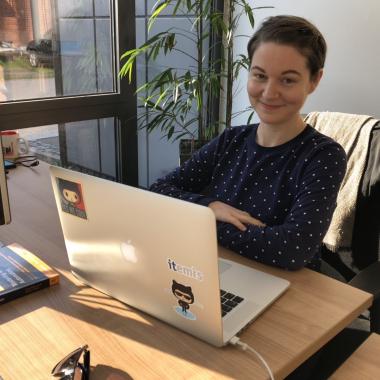 Unsere Kollegin Leïli ist Software-Entwicklerin bei itemis und hier ganz glücklich bei der Arbeit zu sehen :-)