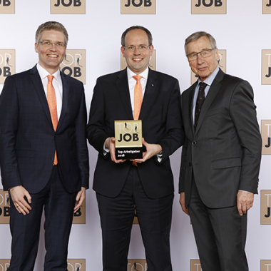 Preisverleihung zum Top-Arbeitgeber 2018 mit Dr. Wolfgang Clement (Bundeswirtschaftsminister a.D.), Vorstand Jan Mackenberg und Personalleiter Marco Feindt (v.r.n.l.).