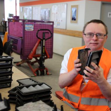 Moderne Arbeitsplätze für Erwachsene mit Behinderung: WfbM als auch sog. Außenarbeitsplätze.