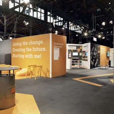 """Themenausstellung für Jungheinrich AG: Unter dem Motto """"MORE"""" verwandelt MIKS über 5.500m² in eine gelbe Informations- und Erlebniswelt für die diesjährige Führungskräftetagung."""