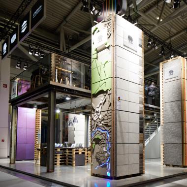 Fassadentechnologie meets urban gardening: Auf rund 250 qm inszeniert MIKS den Markenauftritt der DAW SE Firmengruppe. Prämiert mit dem German Design Award Special 2018, Famab Award 2017 und Iconic ...