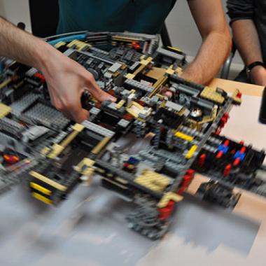 Zum Erscheinen des neuen Millenium Falcon von Lego versammelte sich das Kölner Team um gemeinsam in Rekordzeit den Falcon zu bauen.