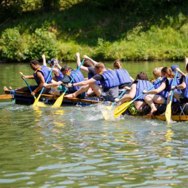 Herausforderungen wie Floß bauen aus Fässern meistern wir im Team.