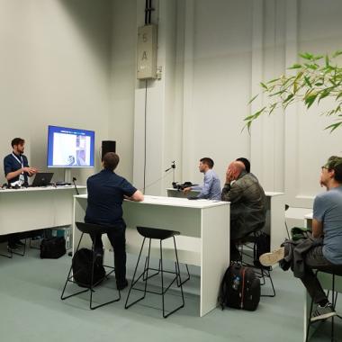 Auf Messen und Konferenzen sind wir häufig mit Speakern vertreten und halten Vorträge vor großen, oder arbeiten in Workshops mit kleinem Publikum.