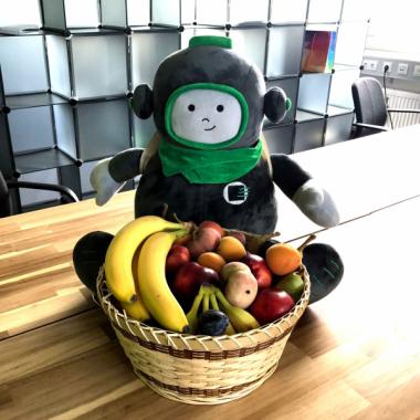 Über das regelmäßig frisch gelieferte Obst freuen sich nicht nur die Kollegen, sondern auch unser Firmenmaskottchen, Cody, der Accsonaut.