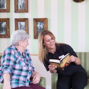 Zeit zum Vorlesen gehört auch in den Tagesablauf für unsere Bewohnerinnen und Bewohner.