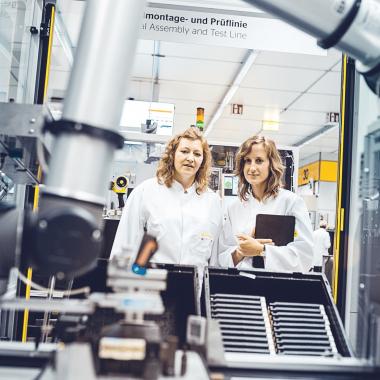 Industrie 4.0 - Unsere Mitarbeiter arbeiten konsequent an der digitalen und transparenten Wertschöpfungskette.
