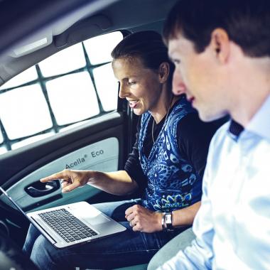 Franziska und Klaus arbeiten bei Continental an der Elektromobilität.