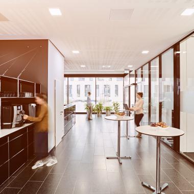 In den Teeküchen auf jedem Stockwerk haben alle Mitarbeiter Zugang zu kostenfreien Getränken wie Kaffee, Tee und Wasser.