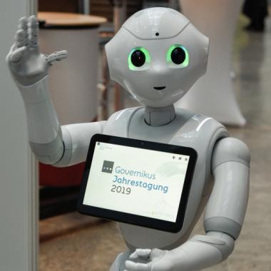 "Unser humanoider Kollege ""Pepper"" unterstützt uns wann und wo er kann."