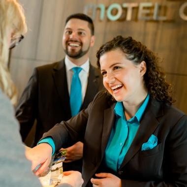 Unser Motel One Front Office Team sorgt dafür, dass unsere Gäste sich bereits beim Check In herzlich empfangen fühlen. Während des Aufenthalts steht das Team für alle Anliegen und Gästewünsche ...