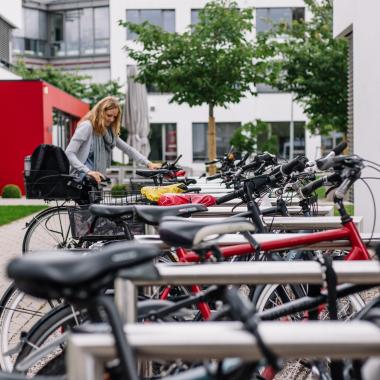 Ob Jobrad oder Mountainbike, für jedes Fahrrad gibt's ein Plätzchen - mit Überdachung für jede Wetterlage. Auch Vierräder kommen nicht zu kurz - kostenlose Parkplätze befinden sich vor dem ...